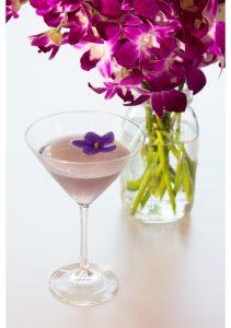 Kvetinová dekorácia drinku